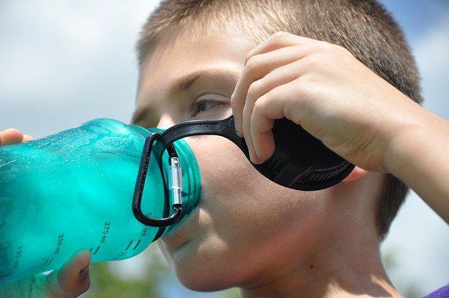dzbanek filtrujący wodę